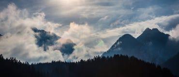 Le montagne nella nebbia Fotografia Stock