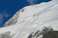 Le montagne nevicano e pendii rocciosi nelle alpi Fotografia Stock Libera da Diritti