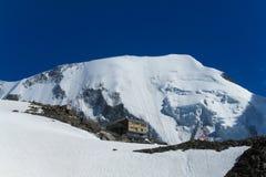 Le montagne nevicano e pendii rocciosi nelle alpi, rifugio de Tete Rousse Fotografia Stock Libera da Diritti