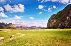 Le montagne pittoresche di Pinar del Rio Cuba Latin America del villaggio di Vinales della valle del paesaggio sistemano la nuvol Fotografie Stock Libere da Diritti