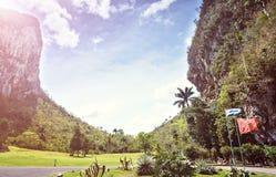 Le montagne pittoresche di Pinar del Rio Cuba Latin America del villaggio di Vinales della valle del paesaggio sistemano la nuvol Fotografia Stock Libera da Diritti
