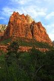Le montagne rosse si elevano al cielo fotografia stock