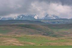 Le montagne schiacciano le nuvole delle nuvole Colline verdi Stagione di estate fotografia stock