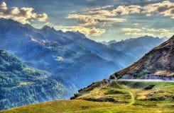 Le montagne si avvicinano alla st Gotthard Pass in alpi svizzere Immagini Stock