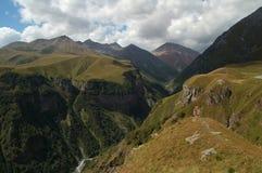 Le montagne si avvicinano a Gudauri, Caucaso, la Georgia Fotografia Stock