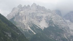 Le montagne sono coperte di picchi della pietra e di legno Alpi italiane, la bellezza del paesaggio Neve Rocky Mountain archivi video