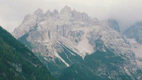 Le montagne sono coperte di picchi della pietra e di legno Alpi italiane, la bellezza del paesaggio Neve Rocky Mountain video d archivio