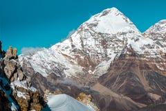 Le montagne stratificate abbelliscono le rocce e la neve degli alti picchi Fotografia Stock Libera da Diritti