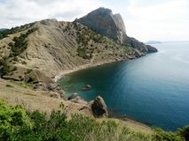 Le montagne sull'isola sono ripide ed inaccessibili immagini stock