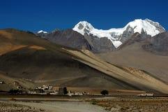 Le montagne tibetane della neve e del villaggio Fotografie Stock Libere da Diritti