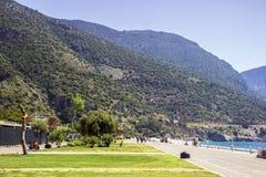 Le montagne turche sbalorditive sulla parte anteriore di mare di Oludeniz fotografia stock libera da diritti