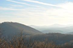 Le montagne un giorno soleggiato con le nuvole Immagine Stock Libera da Diritti