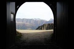 Le montagne vedute dal portone del tunnel della montagna Fotografie Stock