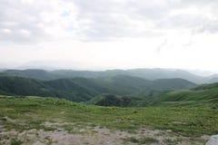 Le montagne verdi di Ossetia fotografie stock