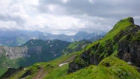 Le montagne verdi fertili dopo un'estate piovono in Svizzera Fotografie Stock Libere da Diritti