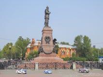 Le monument à Irkoutsk a été érigé en l'honneur de l'empereur russe Alexandre III en 1908 photographie stock