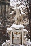 Le monument à Mozart à Vienne a couvert par la neige Images libres de droits