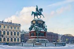 Le monument à Nicholas I à la place d'Isaac dans la chute de neige Image libre de droits