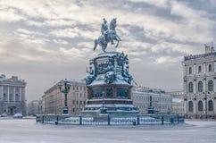 Le monument à Nicholas I à la place de St Isaac dans la neige Photographie stock