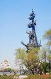 Le monument à Peter le grand, les gens marchent par lui Images libres de droits