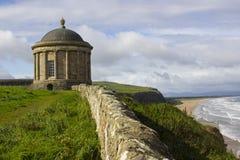 Le monument antique de temple de Mussenden sur le bord de clifftop donnant sur la plage inclinée dans le comté Londonderry Irland photos stock