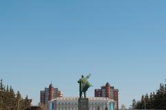 le monument au ciel bleu de Lénine en clair Photo stock