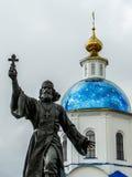 Le monument au prêtre régimentaire dans la ville de Maloyaroslavets de la région de Kaluga en Russie Images libres de droits