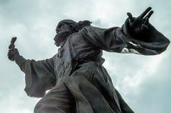 Le monument au prêtre régimentaire dans la ville de Maloyaroslavets de la région de Kaluga en Russie Photographie stock libre de droits