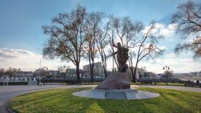 Le monument au saint d'Andrew d'apôtre Premier-appelé dans dessus le timelapse de strelka de parc de ville à Kharkov, Ukraine clips vidéos