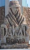 Le monument avec le logo du rassemblement de Dakar dans Uyuni Images libres de droits