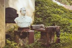 Le monument cassé à Maxim Gorky sur le fort Krasnaya Gorka Photos libres de droits