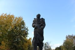 Le monument d'Anton Popov face à face contre le ciel bleu Petrich Oktober 2018 image stock