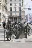 Le monument d'un passant anonyme, sculpture par Jerzy Kalina, Wroclaw, Pologne photographie stock