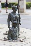 Le monument d'un passant anonyme, transition, sculptures des personnes, Wroclaw, Pologne photo libre de droits