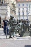 Le monument d'un passant anonyme, transition, sculptures des personnes, Wroclaw, Pologne image stock