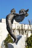 Le monument de l'homme avec des bras a tendu sur la place principale dans Hascovo, Bulgarie Photos libres de droits