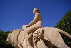 Le monument de la femme se reposant sur un lion Image stock