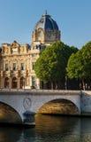 Le monument du tribunal de commerce de Paris et l'Au de Pont changent par la rivière image libre de droits