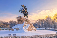 Le monument en bronze de cavalier et cathédrale de St Isaac Photos libres de droits