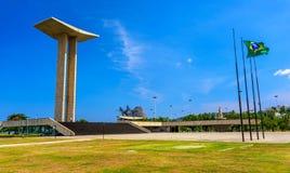 Le monument national aux morts de la deuxième guerre mondiale en parc de Flamengo avec la montagne de Sugarloaf sur le fond Photo stock