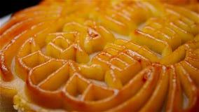 Le mooncake chinois de style traditionnel tournant les Chinois signifie la pâte de graine de lotus avec le jaune aucun logo banque de vidéos