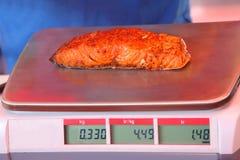 Le morceau de coupe de poissons rouges se trouve sur une échelle électronique image libre de droits