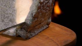 Le morceau de fromage de ch?vre tombe sur le conseil en bois clips vidéos