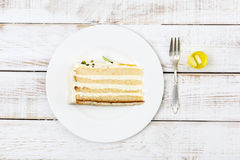Le morceau de gâteau a servi sur des couverts et des pilules de plat réglant le sucre de sang à côté de lui Image stock