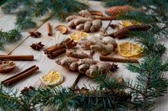 Le morceau de gingembre sur le fond en bois avec les ingrédients traditionnels d'épices pour le vin chaud de boulangerie a séché  Image libre de droits