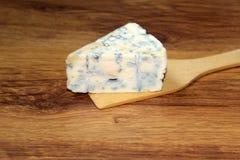 Le morceau de pelle à nourriture de fromage bleu de cheesen le morceau de cheesen Images libres de droits