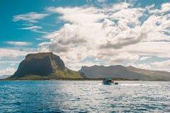 Le morne Mauritius Mening van boot stock foto