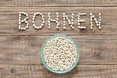 Le mot allemand bohnen écrit avec des haricots blancs photos libres de droits