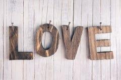Le mot 'amour' dans les lettres en bois sur un fond rustique Photos stock