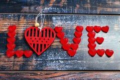 Le mot AMOUR fait en sucreries et coeur rouges Photographie stock libre de droits